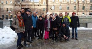 Figura 2. La squadra di NEW-MINE incontra Greta Thunberg. In occasione del network-wide meeting in Stoccolma (8 Febbraio, 2019), la squadra di NEW-MINE ha espresso il suo supporto alle aziondi della coraggiosa sedicenne durante una sua protesta di fronte al parlamento svedese.